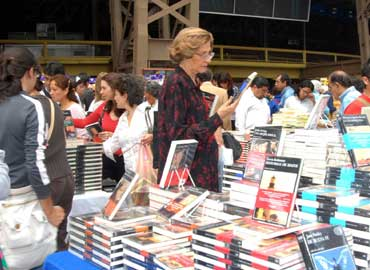 mujer-ve-libros-en-el-gran-remate-370x270
